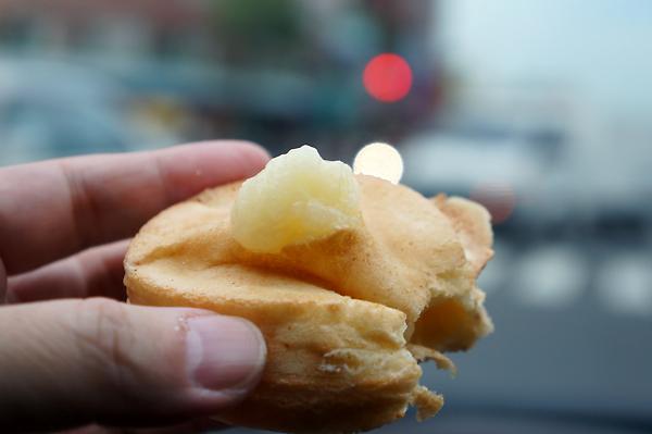 餅皮很薄,輕輕一壓就爆漿了