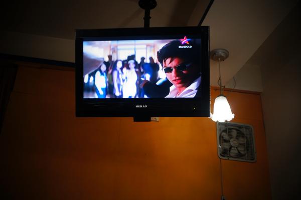 店內電視絕非播報新聞或講中文的節目,而是這種有唱歌跳舞的節目阿~(我當天去是看到這種,不知其他天是不是....看這種片子第一時間就是想到印度麥可...)