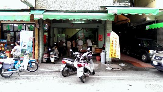 中正市場內,814隔壁有一家沒有招牌的肉包店,下午2:30會有熱呼呼的包子出爐