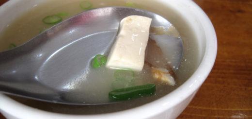 味噌湯,十元的湯有柴魚片、豆腐、小魚肝