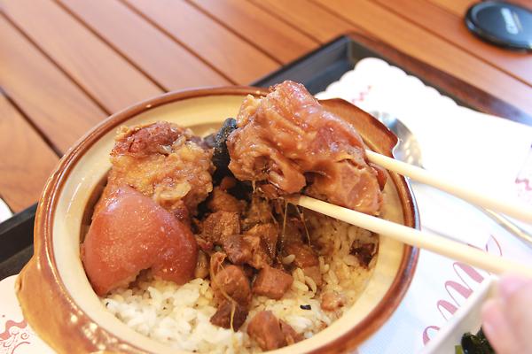 豬腳,在香菇肉燥飯上頭擺放豬腳,豬腳很軟很軟,一劃就劃開,且滷的夠味,還不錯啦