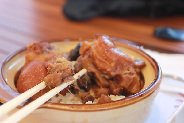 這是底下的香菇肉燥飯,都是碎肉居多;飯吃起來有黏黏的膠質感覺,本來以為是豬腳飯會這樣,聽小k說單純的香菇肉燥飯就有膠質的感受....