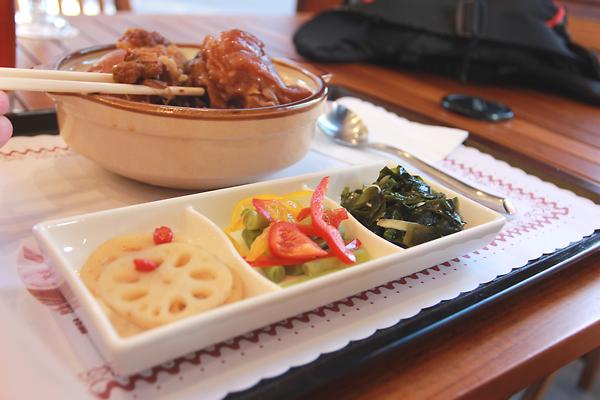豬腳飯,三樣配菜,一大碗豬腳飯,這樣150元。看起來似乎不多,實際上那一碗飯夠我們二個人吃(依照我們的食量,是夠的)