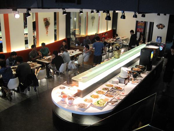 一樓沙拉吧的地方,包括熟食、沙拉、飲料都在這邊取用
