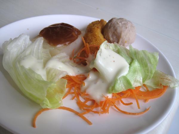 沙拉、熟食、飲料都在沙拉吧上自行拿取