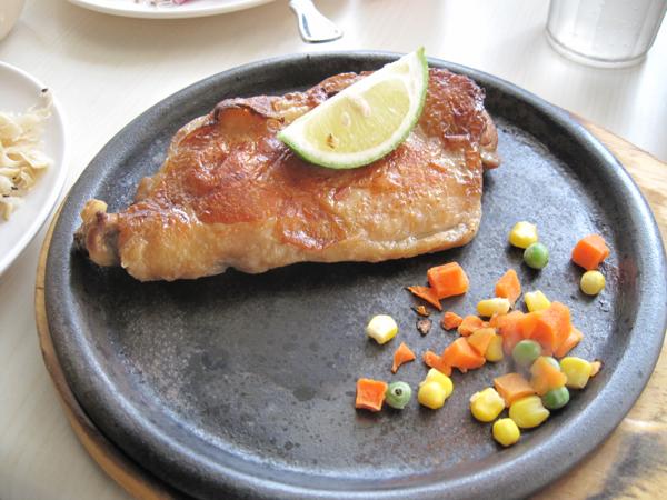 雞排,在這幾個排餐中,我們覺得雞排是比較好吃的