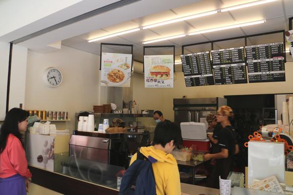 點餐的地方,多數人是外帶的,也可以店內使用