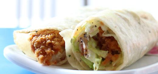 雞肉卷餅一號餐,一條切成二半,中間則包著雞肉、生菜、番茄等物