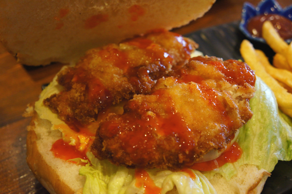 裡頭有二塊肉,其餘是生菜番茄和洋蔥。記得某一陣子這種超大漢堡正夯時,裡頭都是三塊肉居多.....