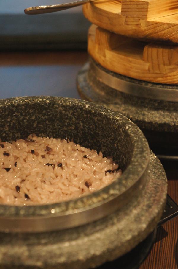 石鍋飯,一次二盤,三個人吃不太完...