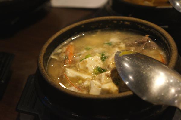 海陸豆腐煲,有牛肉、豆腐等