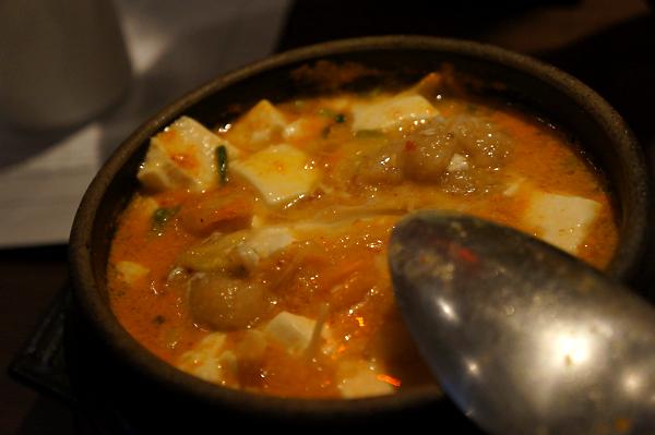 鮮魚豆腐煲,裡頭有土魠魚,土魠魚是裹粉炸過的