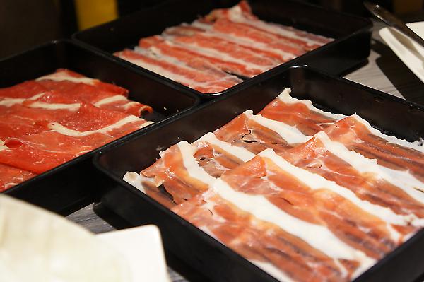 牛五花、豬肉、霜降牛,肉片都很薄