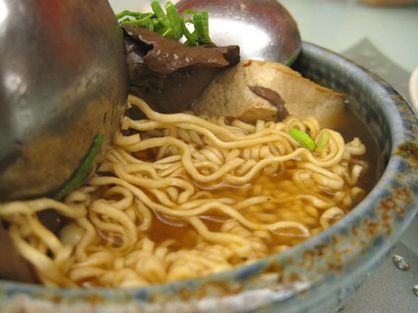 因為好吃/吃不飽,所以又叫了一盤麻辣臭豆腐泡麵,底下泡麵頗多!