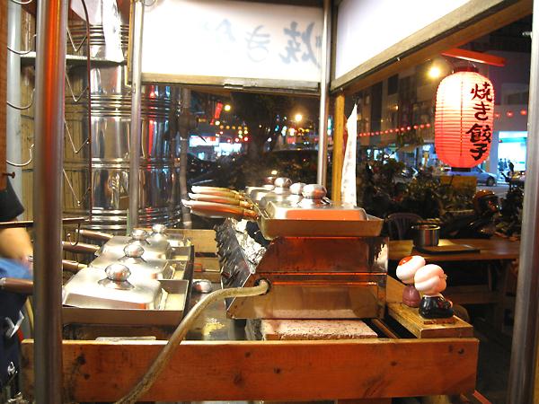 """很壯觀的鍋爐,後面還有二排喔!每一鍋裡頭就是一份煎餃,看起來""""應該""""出餐要很快的,實際上我們等了一個半鐘頭才輪到我們..."""