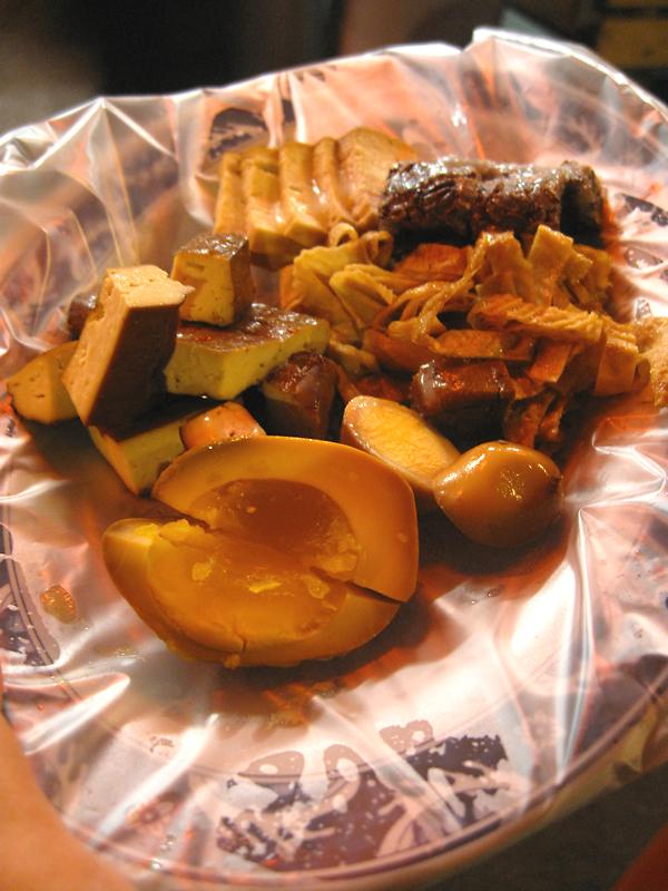 綜合小菜切盤,有黃金蛋、豆干、鳥蛋、豆皮、米血等