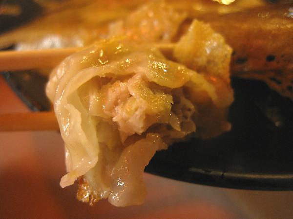 相較於九層塔與雞絲口味,這個原味煎餃反而是樸實...
