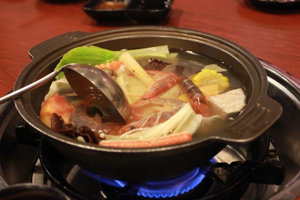 火鍋,有五種口味可以選,基本上..就是一般的小火鍋...