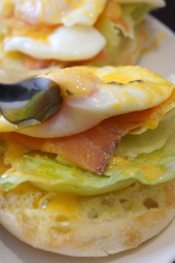 蛋、燻鮭魚、生菜、蘋果、麵包,部分單獨吃會有鹹味,一起吃則恰好