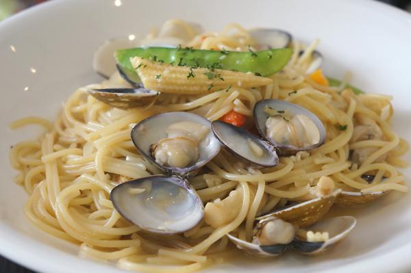 白酒蛤蠣義大利麵,蛤蠣算新鮮,底下湯汁單獨吃是鹹鹹的,攪在麵中卻很搭...