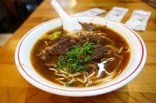 牛肉麵,份量一個人剛剛好(對於我的食量),湯頭很濃郁,感覺有蒜或八角的香味在裡頭