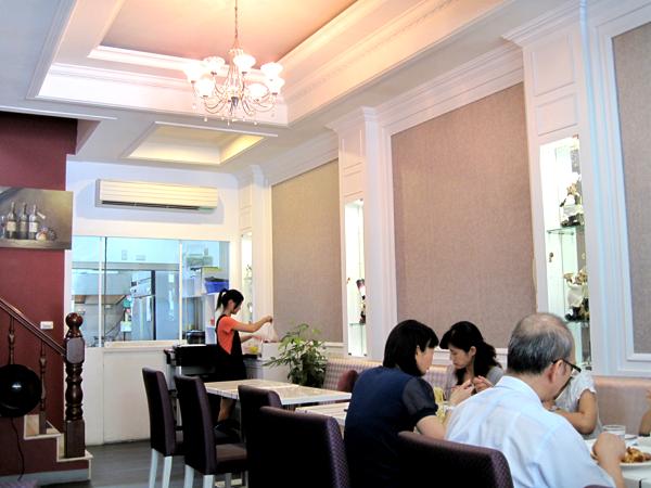 餐廳內一景,最後是廚房,可以看到帶白色高帽的主廚在烹煮