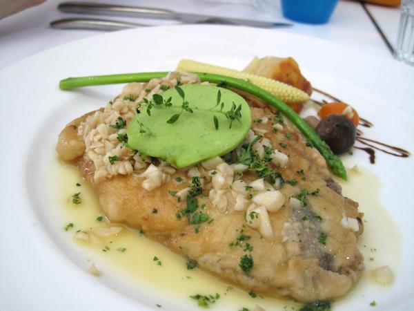 鱈魚,上頭有很多蒜頭和綠色的香草奶油...調味很香也很對味,不過魚肉的刺較多...