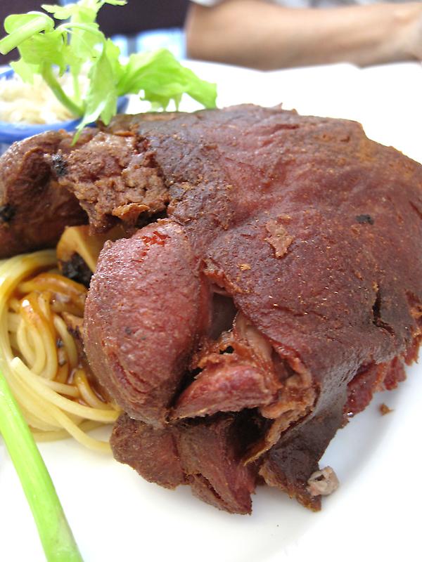 豬腳外皮炸的酥酥脆脆的,裡頭的肉則是外酥內軟,頗為好吃..