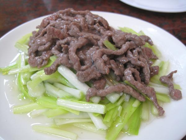 灸黃牛肉,不油膩,上頭的牛肉單獨吃略鹹...