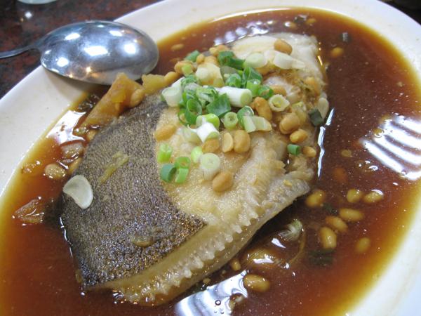 清蒸鱈魚,魚肉多,湯汁也多,可是湯汁很鹹,就算配飯吃也太鹹了些...
