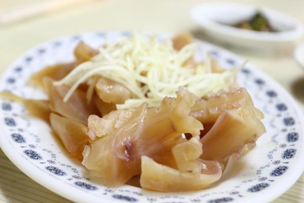 我小時候還蠻愛吃這種川燙魷魚的耶!加上五味醬頗好吃><