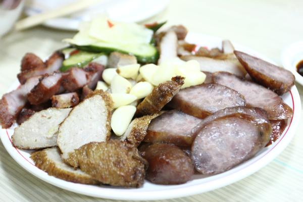 綜合肉切盤,有香腸、蝦卷、紅糟肉、排骨肉等