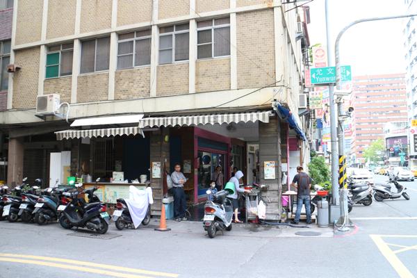 允文街跟自強路交叉,漢神本館後方,這一家攤位已經很久了,從我高中時候就到現在...
