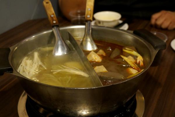 一邊是麻辣火鍋,一邊是酸白菜鍋.麻辣鍋已經有豆腐和鴨血在裡頭...