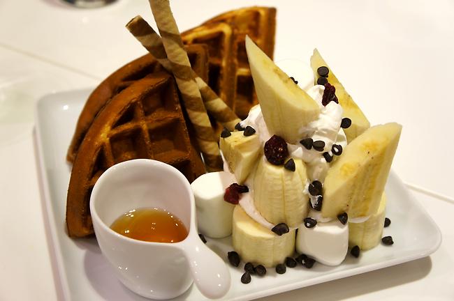 香蕉巧克力鬆餅,這香蕉給的很大方,猜測約二跟胖香蕉組成的,底下還有棉花糖跟奶油