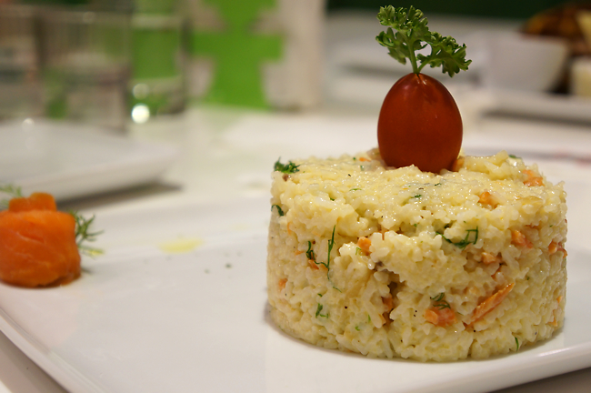 挪威薰鮭魚奶油燉飯,份量夠一個人。味道、奶香頗為不錯也好吃,只是吃太多會覺得膩而已....