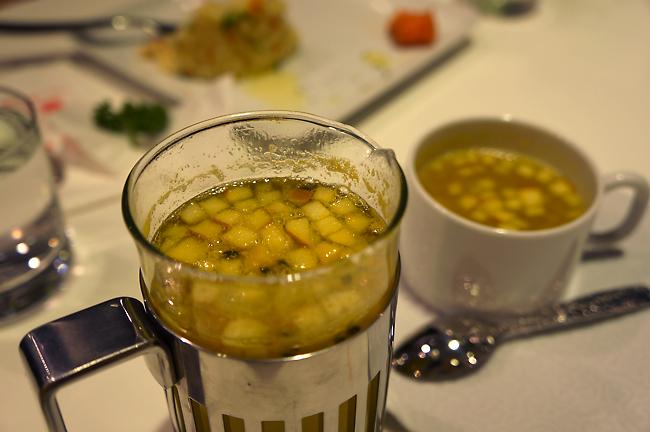 熱水果茶,附帶一提,這個裝水果茶的杯子,沒看錯的話要價三千多...
