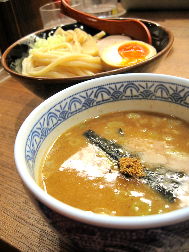 除了麵主體外,還有沾醬一碗。沾醬有濃郁的柴魚味道,醬汁內有蔥花、海苔和肉末等。