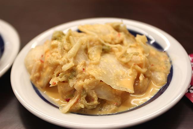 泡菜,做法與口感頗像黃金泡菜的...泡菜帶著點薑味與小辣度,還算不錯吃...