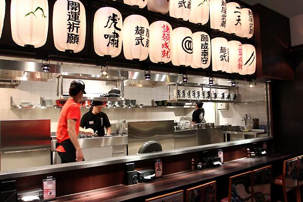 開放式廚房,這是在準備中...另外,廚師好像是日本人?
