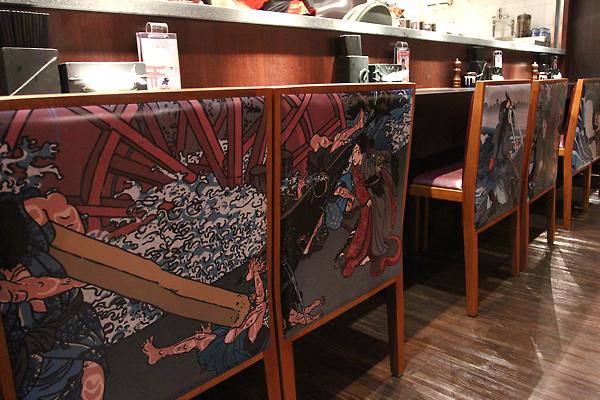 在廚檯前也有座位可以坐,特別的是椅背都有花樣椰!