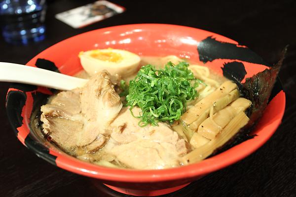 特製白豚拉麵,是用紅碗裝的,上頭有肉片和糖心蛋