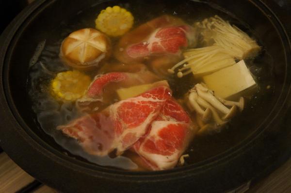 飢腸轆轆的我們,一開始就是肉片大進攻啊!肉片頗軟嫩厚度也OK,川燙一下就可沾著蛋汁吃