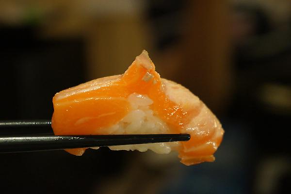 魚片厚薄不定,前面幾盤的魚肉切得頗厚,後面略薄