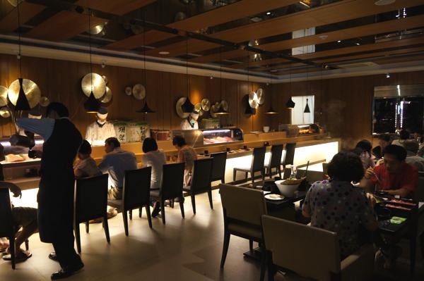 聽說吧台地方是給吃握壽司的人坐的,不過我們這次二者都吃,且店內剛好沒位置,所以上一張照片跟這一張照片的位置都沒坐到,反而坐到隔壁的大廳...