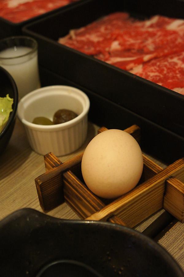 蛋是沾肉片用的,旁邊還有梅子和梅子冰沙去油解膩...