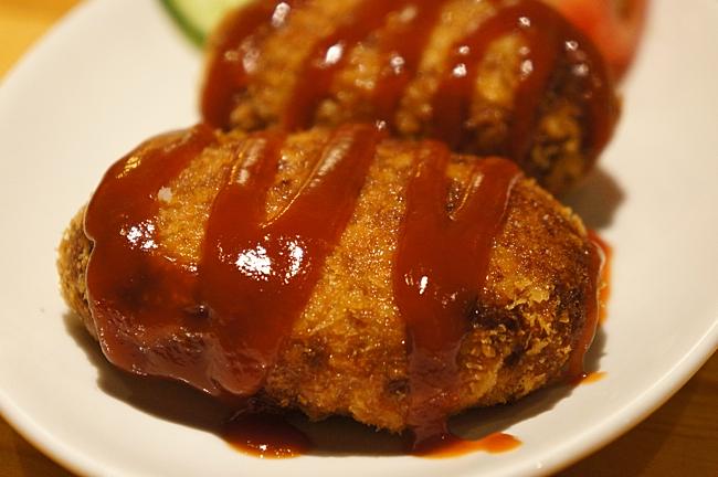 馬鈴薯可樂餅,現炸,淋上番茄醬