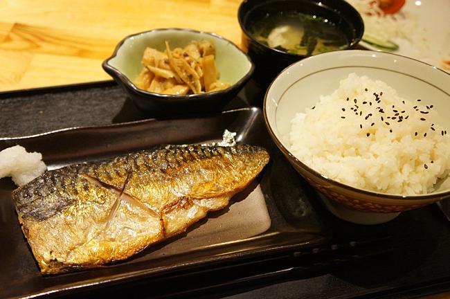 鯖魚定食,一尾鯖魚,一碗飯,一碗湯,一碟小菜。魚類部分火候剛好,魚也挑的不錯,很肥厚多肉,也蠻新鮮的...