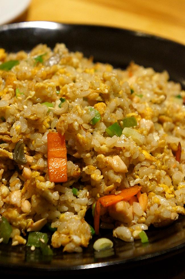 鮭魚炒飯,一個人吃一盤是可以飽的。份量多,料豐富,重點是不油膩,多了點醬油的香味...