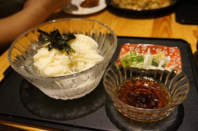 先來個日式素麵吧!其實做法很簡單,細麵+冰塊+日式醬油,就這樣而成....